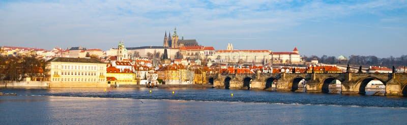 布拉格Hradcany全景在晴天 在伏尔塔瓦河河的查理大桥有布拉格城堡的,捷克 免版税图库摄影