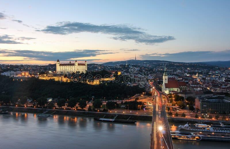 布拉索夫在日落的城堡和多瑙河视图从飞碟耸立 库存图片