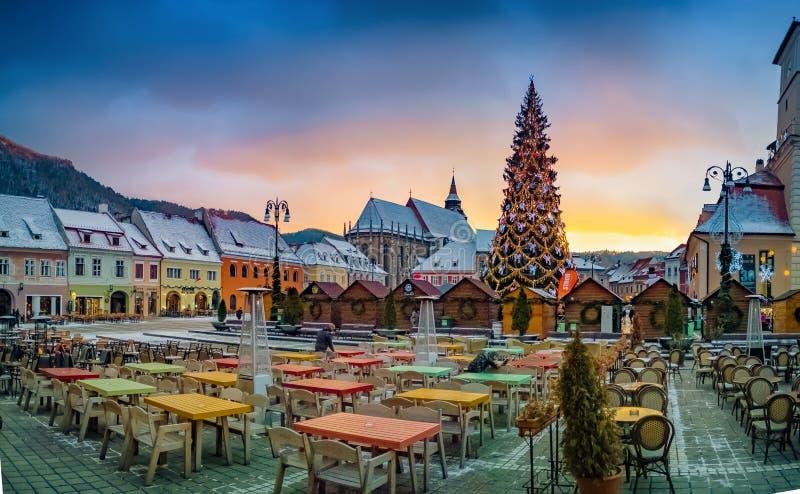 布拉索夫市大广场在Christmastime 免版税库存照片