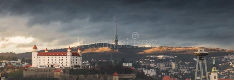 布拉索夫都市风景有城堡和电视塔的 图库摄影
