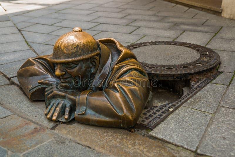 布拉索夫,斯洛伐克:水管工铜雕塑在布拉索夫 雕象先生 Cumil 看守人或人在工作 免版税库存图片