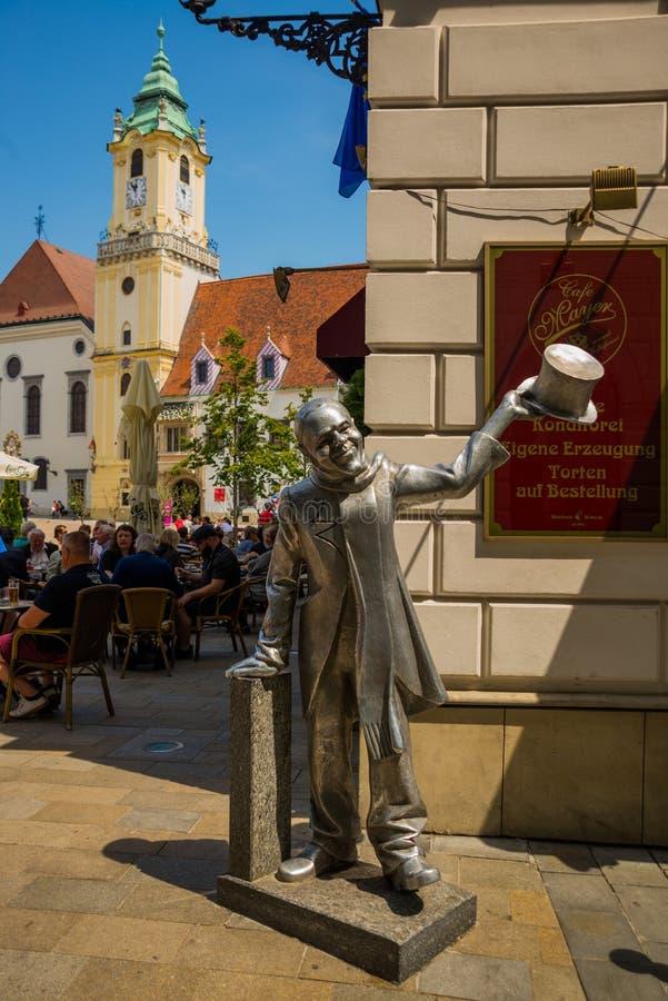 布拉索夫,斯洛伐克:街道绅士雕塑在布拉索夫的中心 对城市狂人的纪念碑在的布拉索夫 库存照片