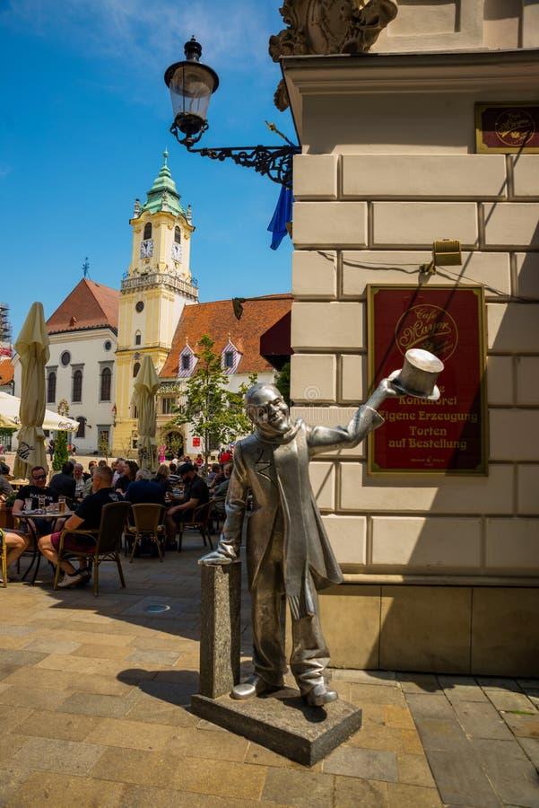 布拉索夫,斯洛伐克:街道绅士雕塑在布拉索夫的中心 对城市狂人的纪念碑在的布拉索夫 库存图片