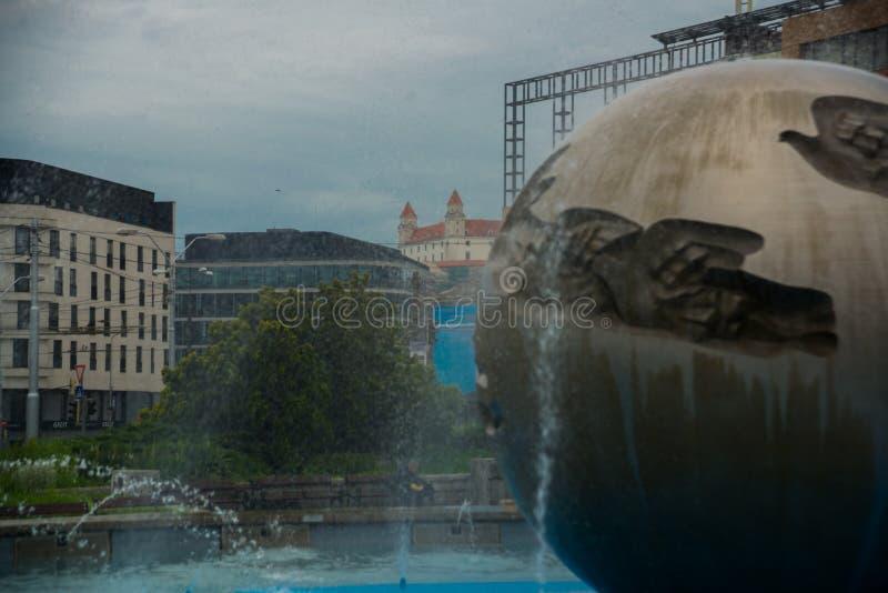 布拉索夫,斯洛伐克:Grassalkovich宫殿 和平南京中国近代史遗址博物馆和喷泉在布拉索夫 免版税库存照片