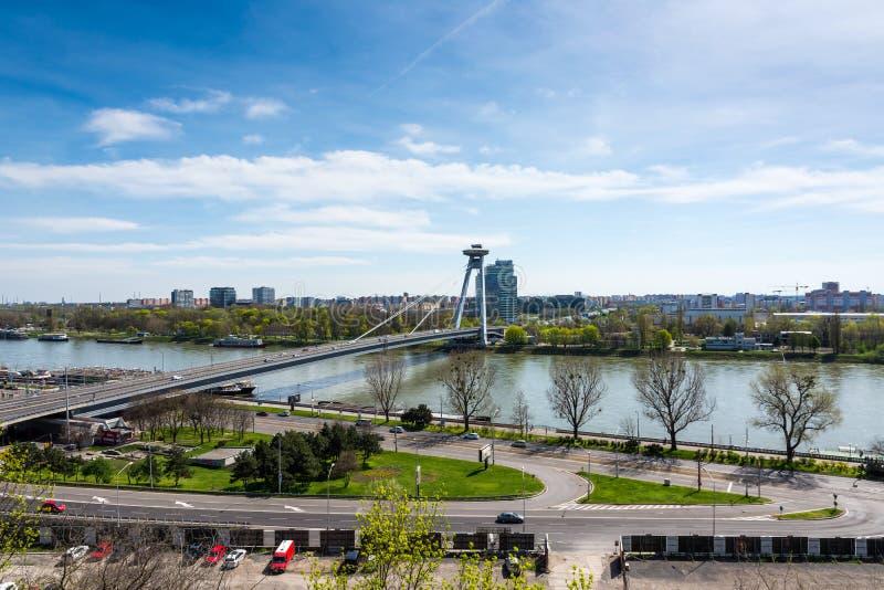 布拉索夫,斯洛伐克- 2018年4月14日:SNP桥梁通过Danude河鸟瞰图在布拉索夫,斯洛伐克 全景  免版税图库摄影