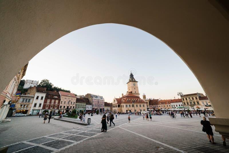 布拉索夫,罗马尼亚- 2017年8月1日:本地人和游人中央理事会正方形的(皮亚塔Sfatului)镇在夏天 免版税库存照片