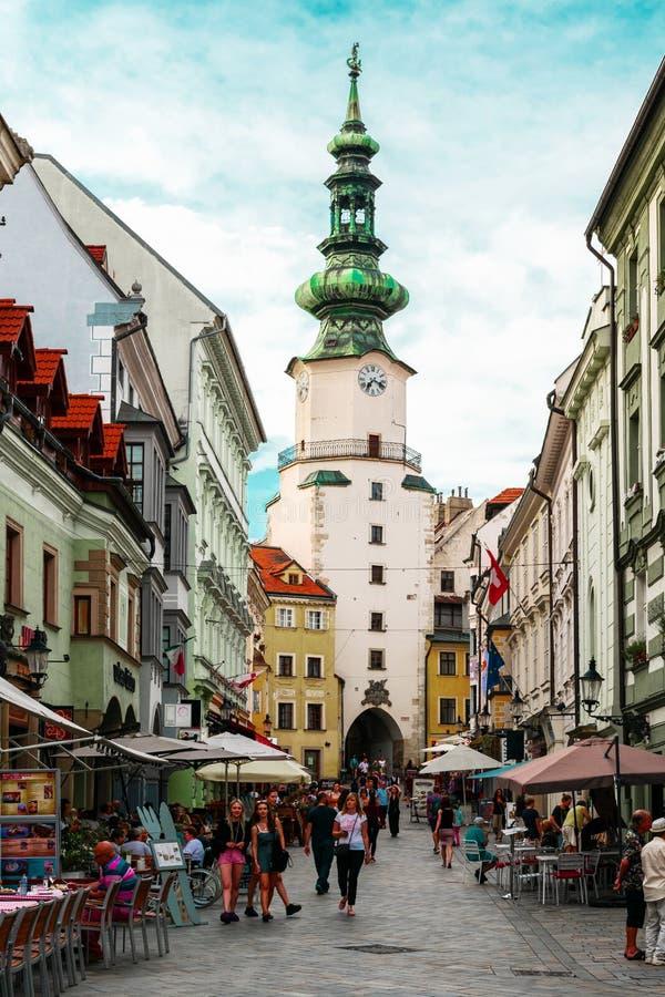 布拉迪斯拉发,斯洛伐克/欧洲;07/07/2019:斯洛伐克布拉迪斯拉发老城著名的圣迈克尔门和钟楼 免版税库存图片