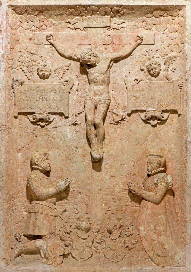 布拉索夫-在十字架上钉死安心。从坟茔石头的细节在圣安教堂下的土窖在圣马丁大教堂里。 免版税图库摄影