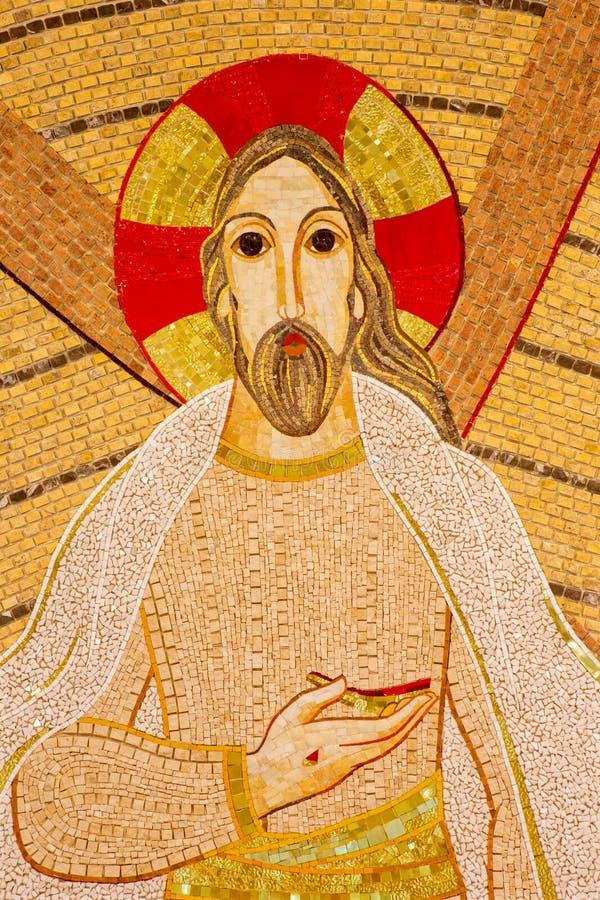 布拉索夫-复活的基督马赛克细节在阴险的人设计的圣巴斯弟盎大教堂里MarÂko伊冯Rupnik 免版税库存图片