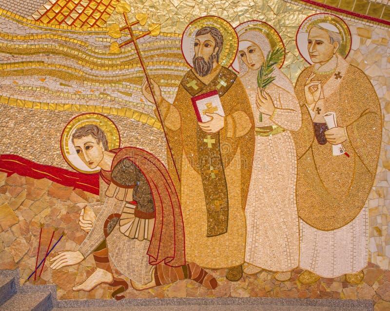 布拉索夫-马赛克细节在阴险的人设计的圣Sebastian大教堂里MarÂko伊冯Rupnik 库存图片