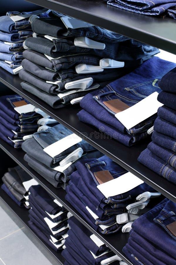 布料商店全新的内部 免版税库存图片