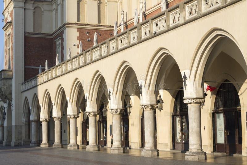 布料在主要集市广场的霍尔archs在克拉科夫,波兰 免版税库存图片