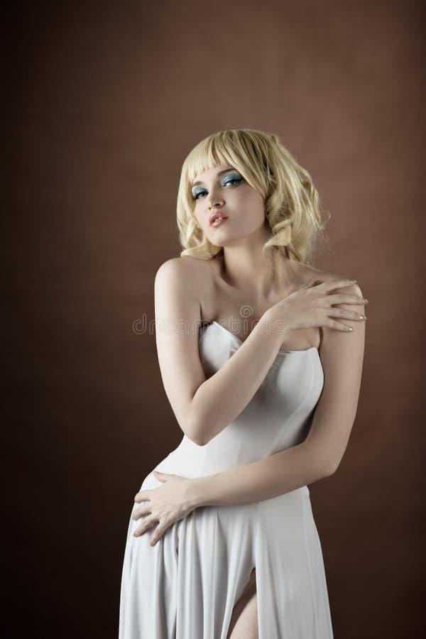 布料方式性感的穿戴白人妇女 库存照片