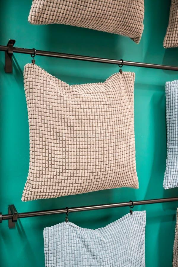 布料有垂悬在金属镭的被摆正的样式盖子的沙发枕头 免版税库存图片