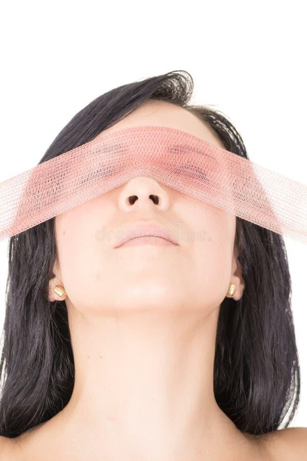 黑布料眼罩的美丽的妇女 免版税库存照片