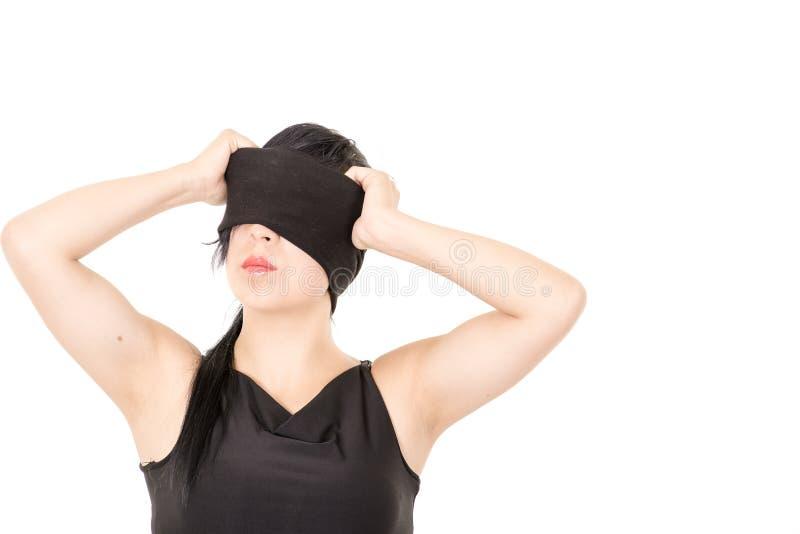 黑布料眼罩的美丽的妇女 免版税库存图片