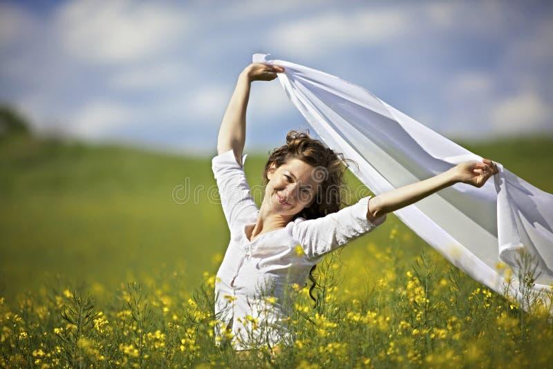 布料部分微笑的白风妇女 库存图片