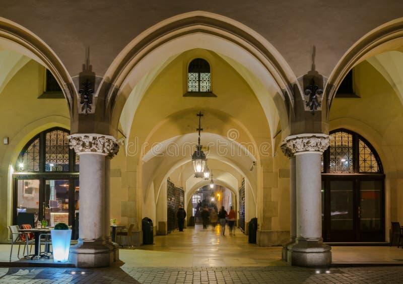 布料霍尔哥特式拱廊在主要集市广场的在克拉科夫在夜之前 图库摄影