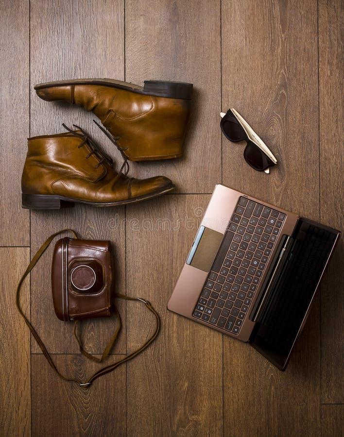 布朗与膝上型计算机的鞋子、传送带、袋子和影片照相机 免版税库存照片