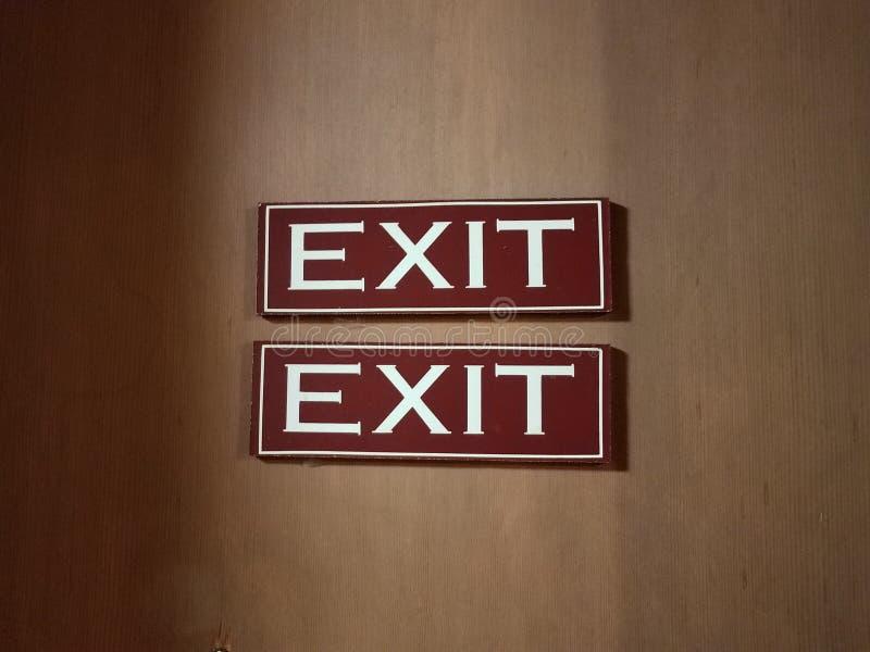 布朗和白色双重出口标志在墙壁上 图库摄影