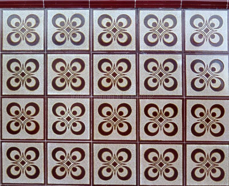布朗和白色瓷砖在墙壁上 免版税库存图片