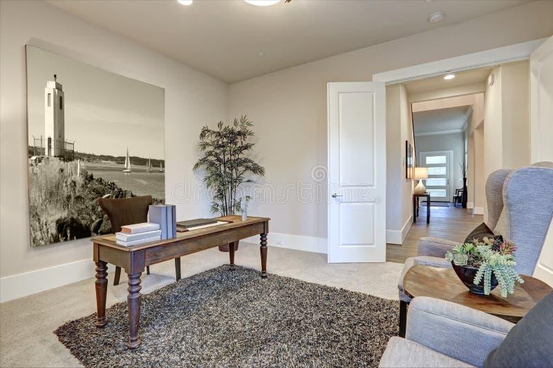 布朗和米黄办公室设计吹嘘与被转动的腿的木桌 免版税库存照片