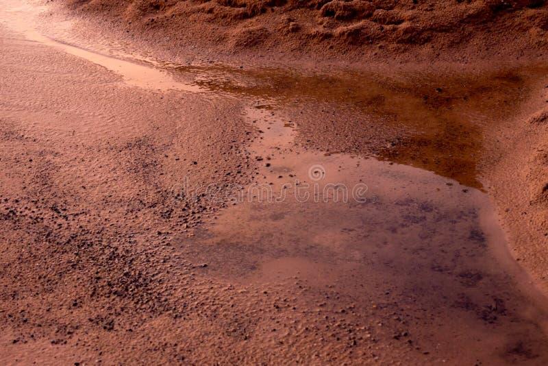 布朗土壤沙子和水 免版税图库摄影