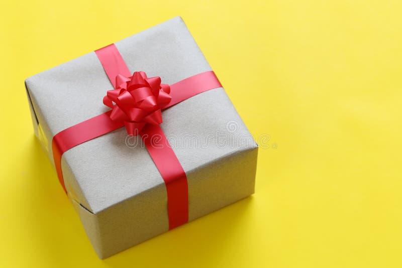 布朗在一个黄色加工印刷纸地板安置的圣诞礼物箱子和 库存图片