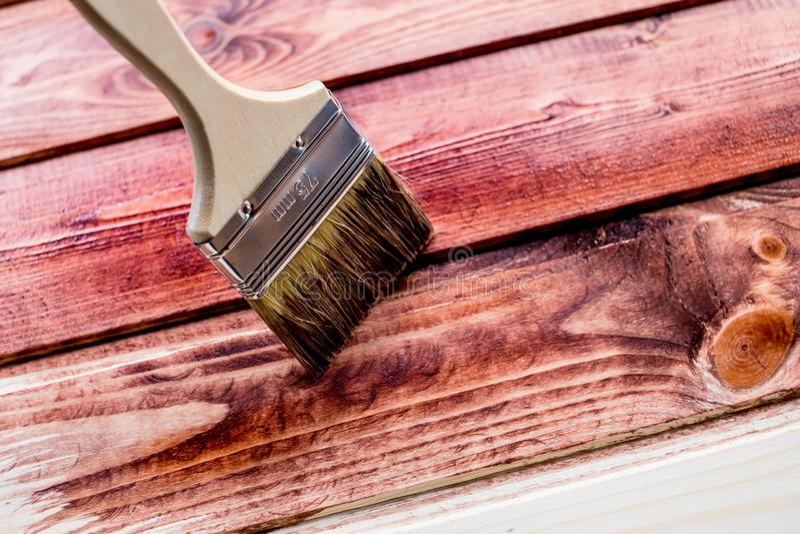 布朗在木桌上的颜色绘画或篱芭或者墙壁或者地板,为装饰的家使用 议院整修 半 免版税库存照片