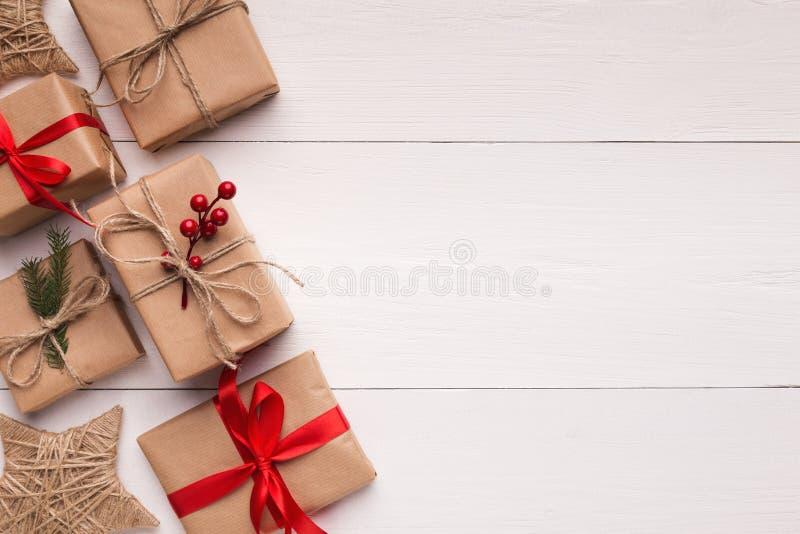 布朗在白色木背景的礼物盒 免版税库存照片