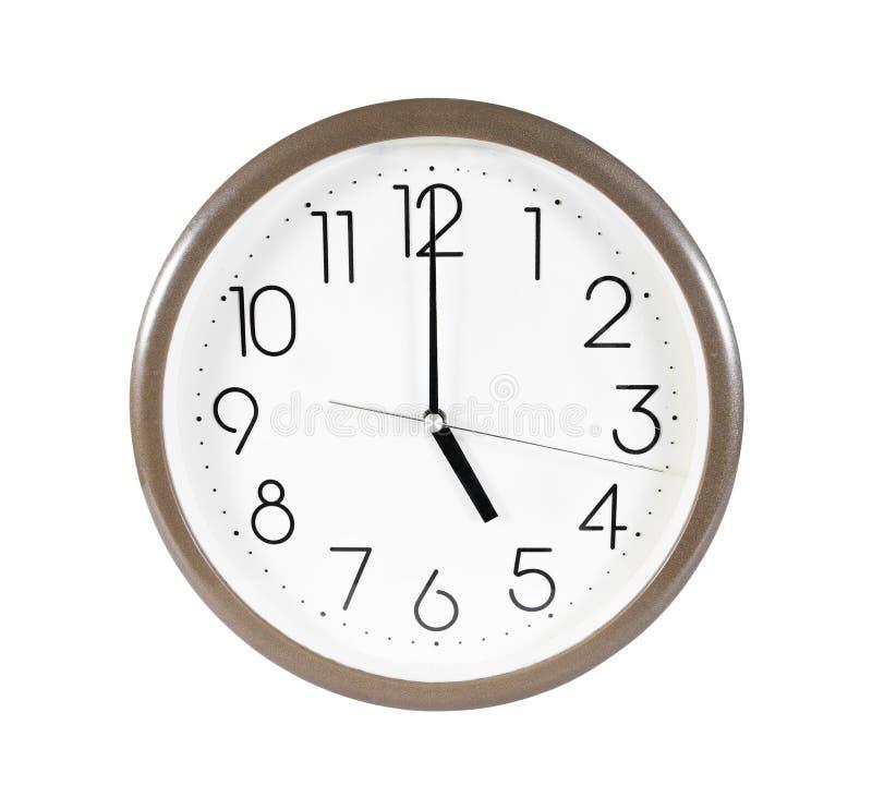 布朗在白色背景隔绝的壁钟 在5点被隔绝的壁钟 被隔绝的壁钟 免版税库存图片