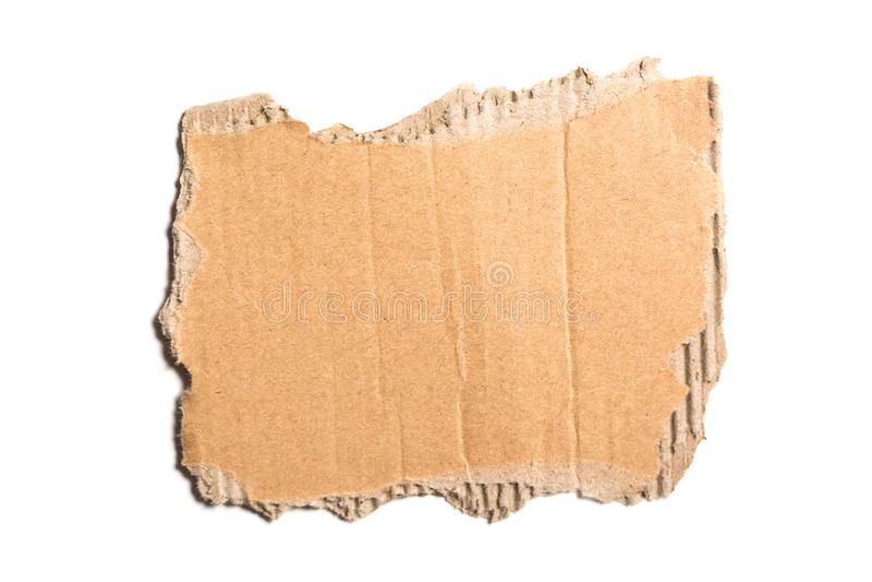 布朗在白色背景隔绝的皱纸板被撕毁的片断 库存图片