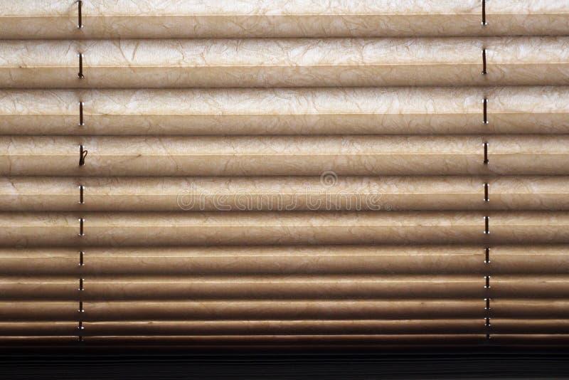 布朗在窗口,背景的路辗窗帘 免版税库存照片