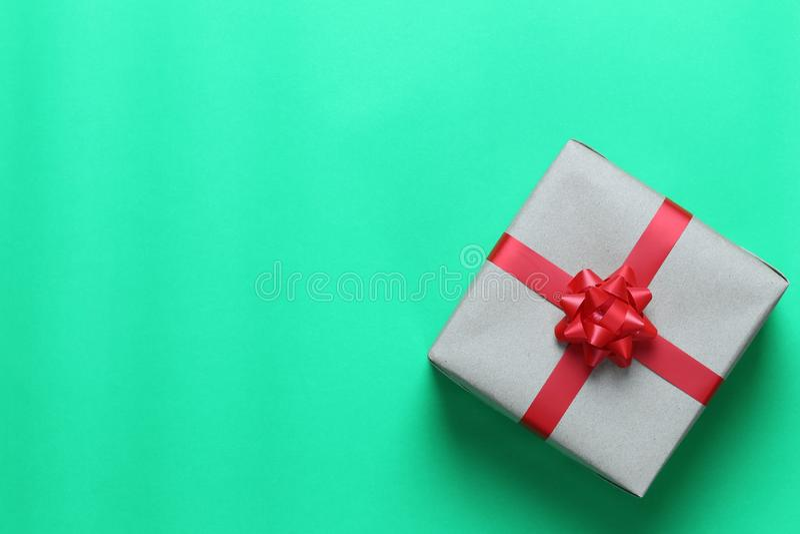 布朗在绿色加工印刷纸地板和h安置的圣诞礼物箱子 库存照片