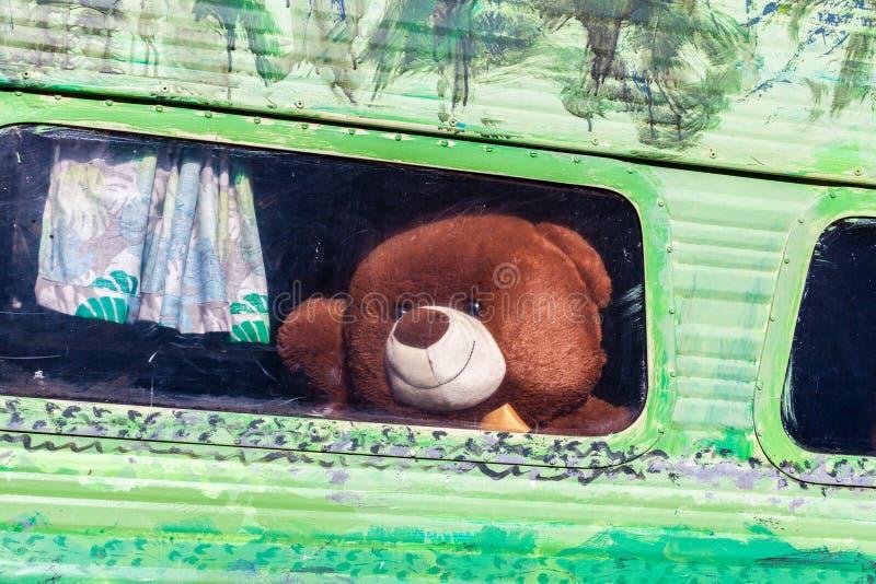 布朗挥动的玩具熊再见 图库摄影
