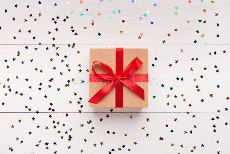 布朗有红色弓的礼物盒在白色背景 库存图片