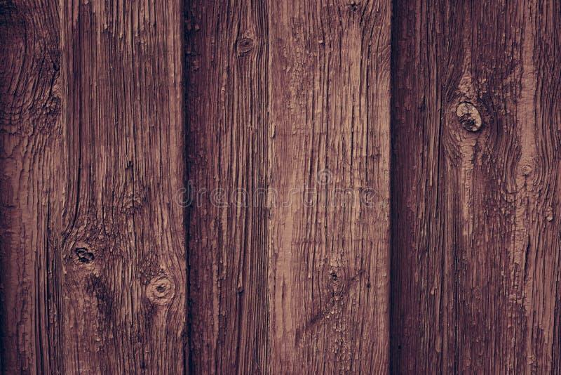 布朗木减速火箭的桌 在土气样式的红色木墙壁背景 老棕色墙壁木葡萄酒地板 木篱芭褐红的油漆 免版税库存图片