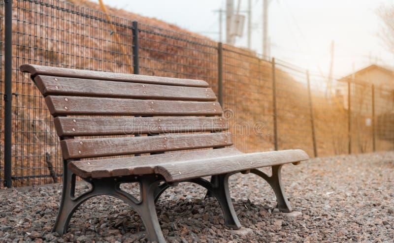 布朗木椅子在庭院公园在日本 免版税图库摄影