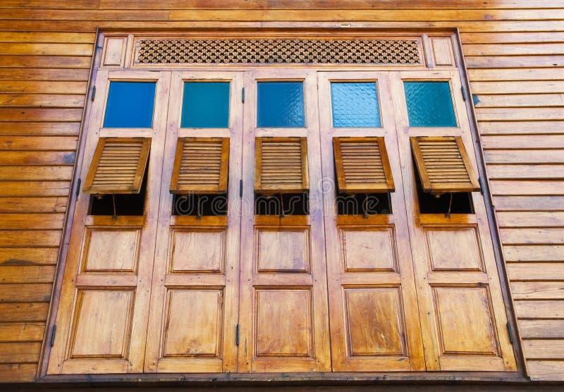 布朗木窗口 免版税库存图片