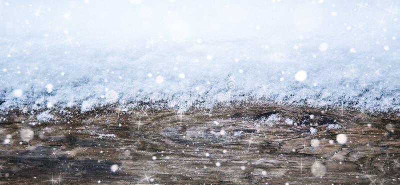 布朗木纹理有雪圣诞节背景 免版税库存图片