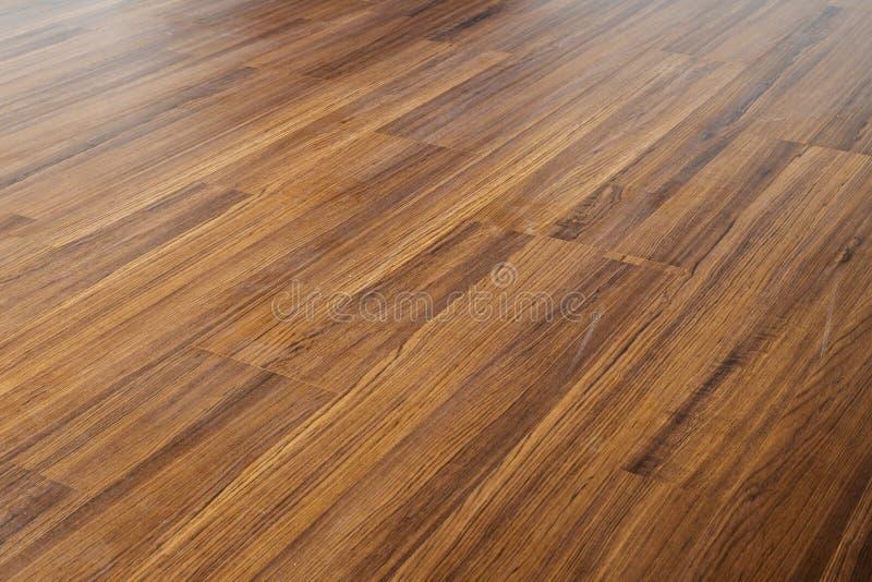 布朗木头层压制品地板油漆内部在现代家 免版税库存照片