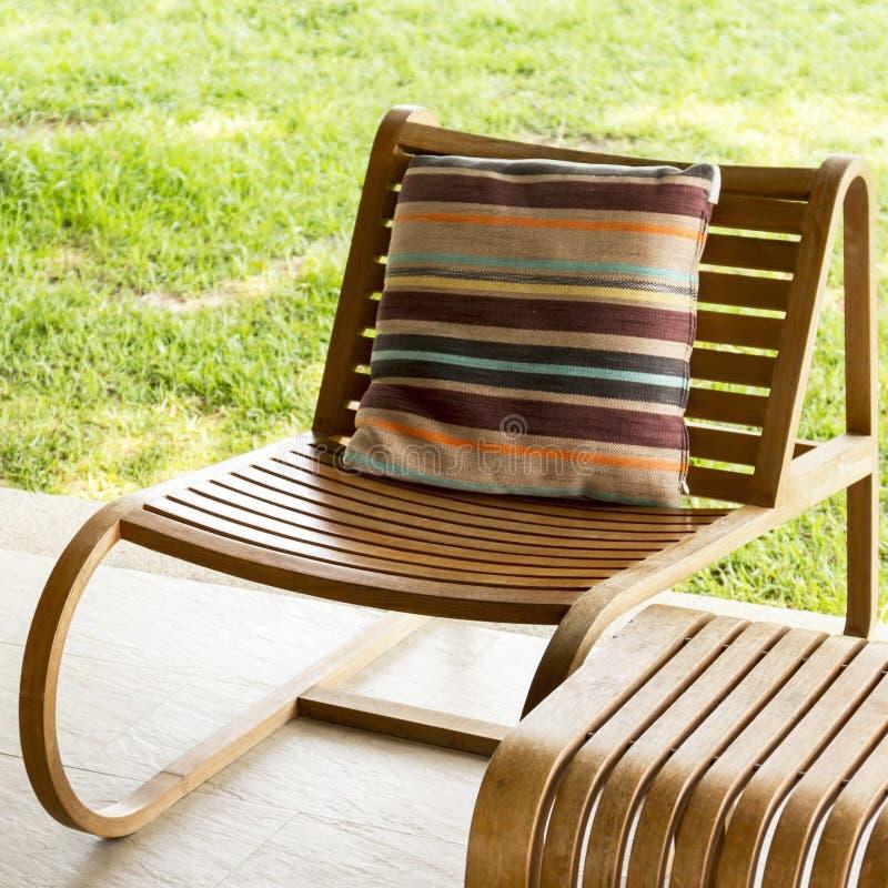 布朗木头椅子 免版税库存照片
