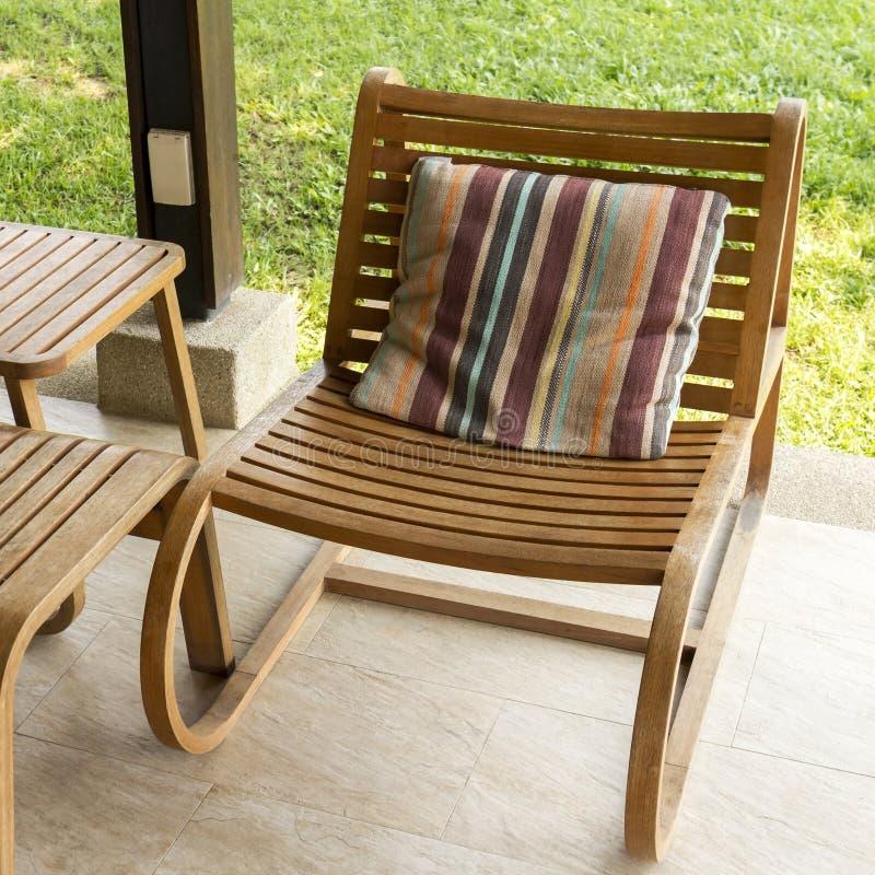 布朗木头椅子 免版税图库摄影