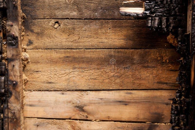 布朗烧了木板条房子墙壁与压印的纹理的 拷贝空间的背景 不动产损失的概念或 库存照片