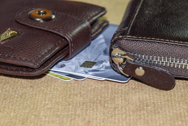 布朗用皮革包盖有信用和折扣卡片的钱包 免版税图库摄影