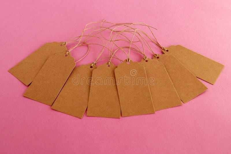 布朗白纸价牌或标号组在桃红色背景 库存图片