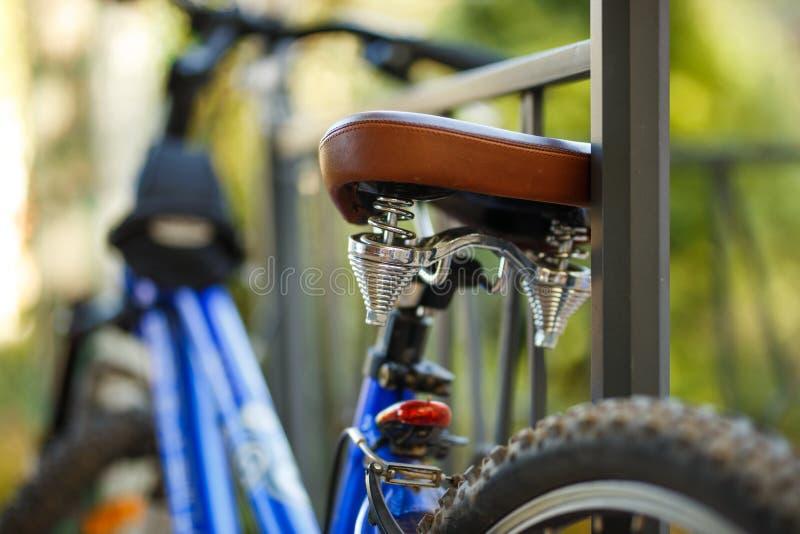 布朗皮革舒适的自行车马鞍,特写镜头照片 免版税图库摄影