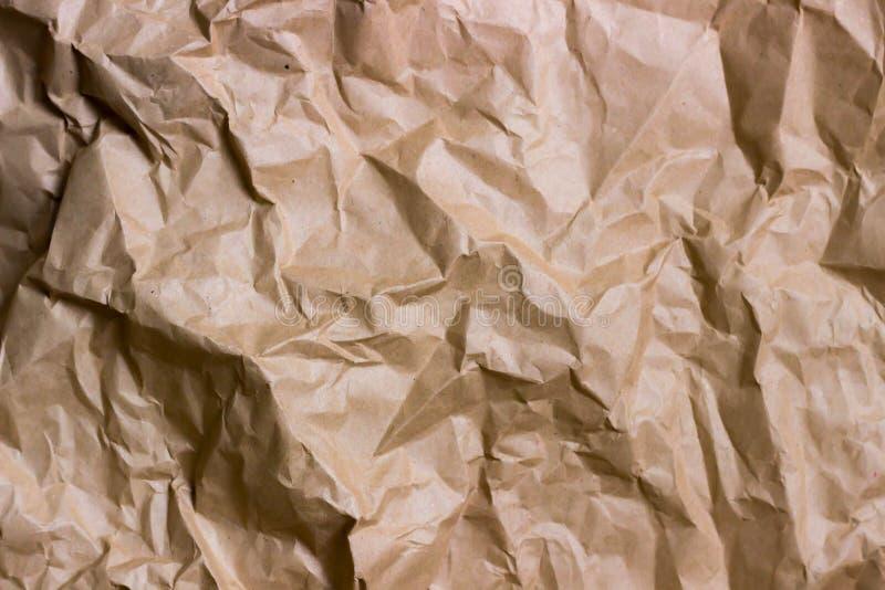 布朗皱痕回收纸背景 被弄皱的纸纹理 弄皱的老纸特写镜头纹理  免版税图库摄影