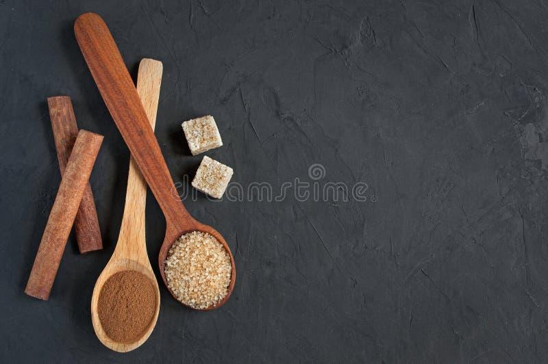 布朗蔗糖和肉桂条 库存图片