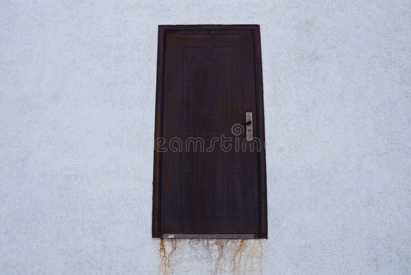 布朗金属绝密在大厦的一个灰色混凝土墙上 库存图片